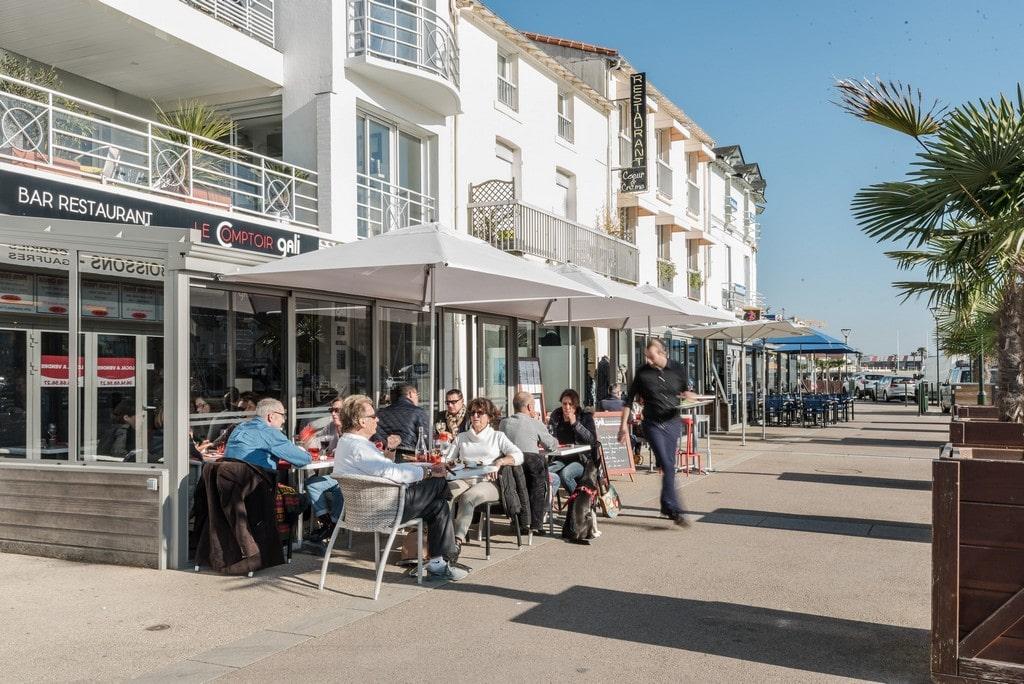 La terrasse du restaurant Le Comptoir Gali, avec vue sur le vieux port de Pornic